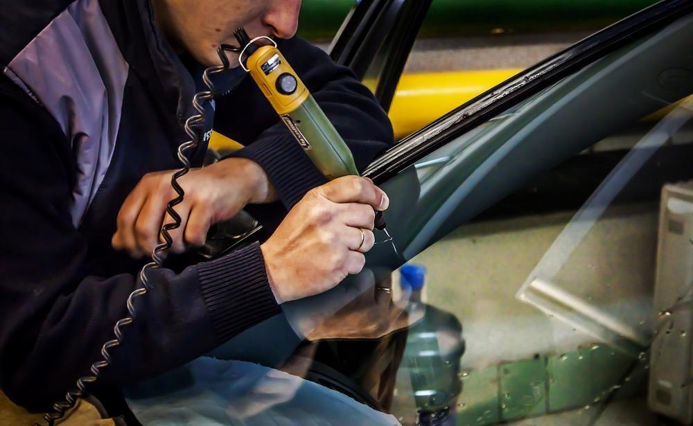 Заделка трещин в лобовом стекле автомобиля