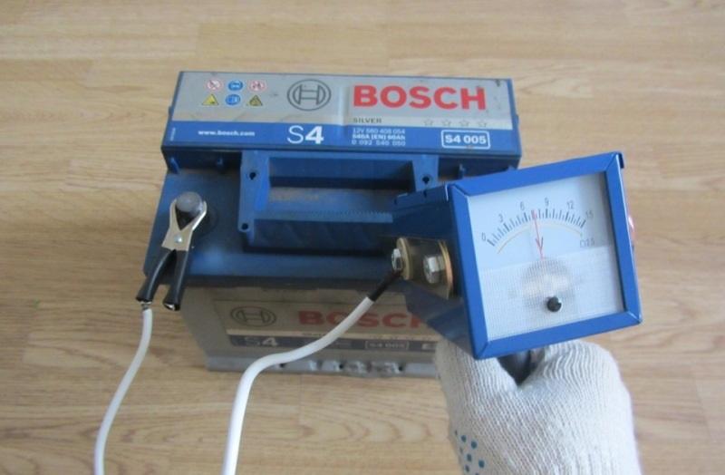 Проверка заряда аккумулятора с помощью нагрузочной вилки