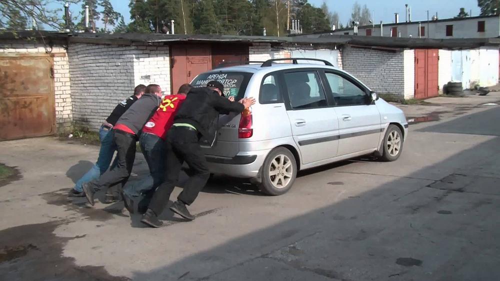 Завод автомобиля с толкача