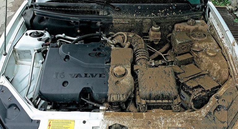 Помыть мотор автомобиля