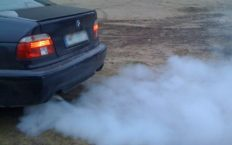 Дым из выхлопной трубы автомобиля