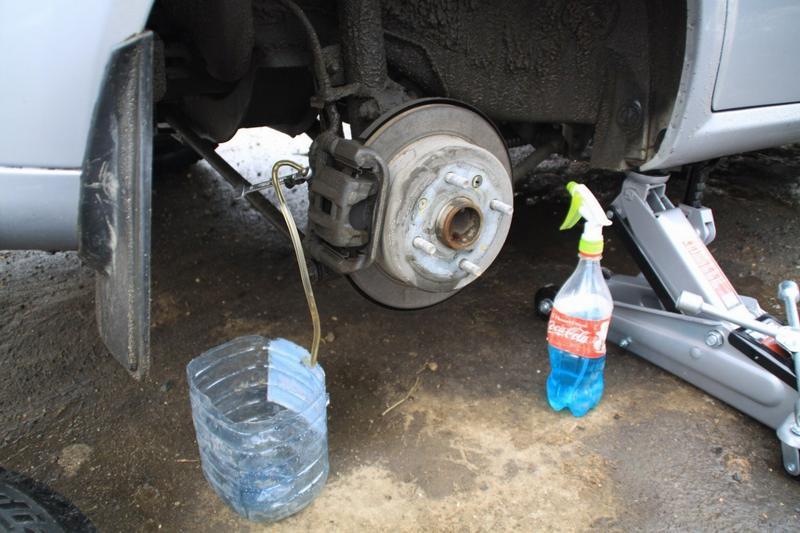 Процедура замены тормозной жидкости (заднее правое колесо)