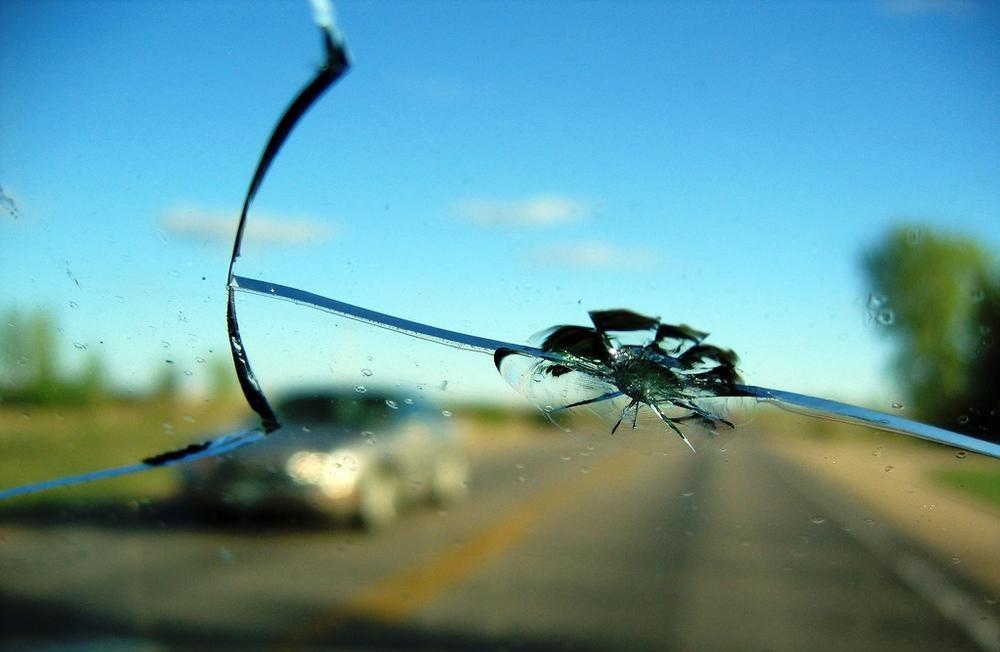 Как остановить трещину на лобовом стекле автомобиля