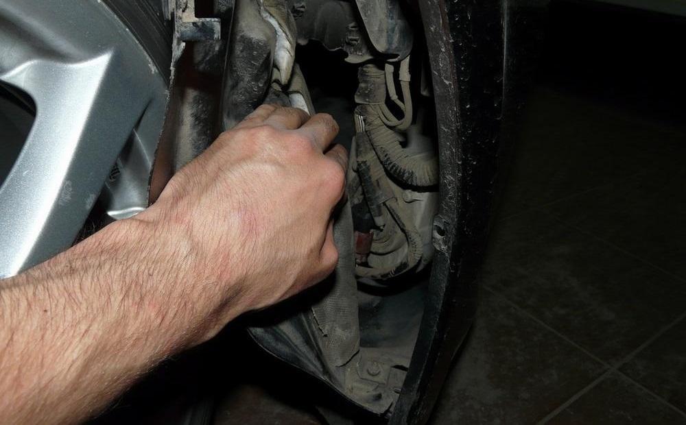 Доступ к лампе ПТФ со стороны колёсной арки