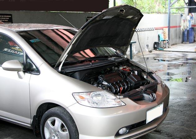 Открытый капот после мойки двигателя