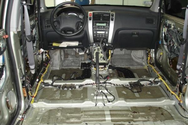 Разобранный салон автомобиля