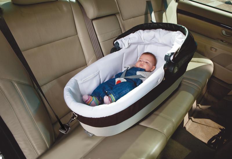 Ребенок в автолюльке