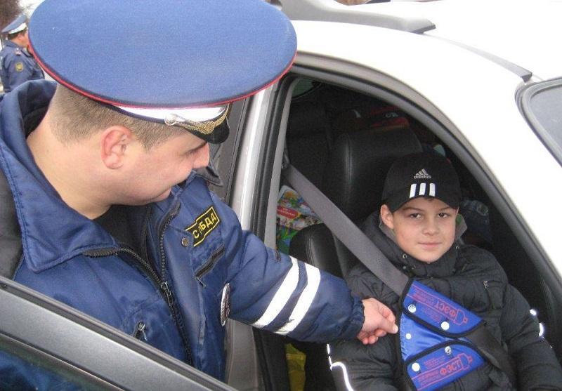 Сотрудник ГИБДД контролирует перевозку ребенка