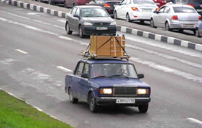 Автомобиль с грузом на крыше