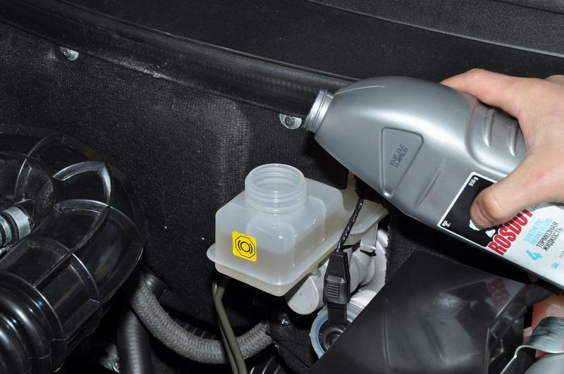 Заливка тормозной жидкости в расширительный бачок
