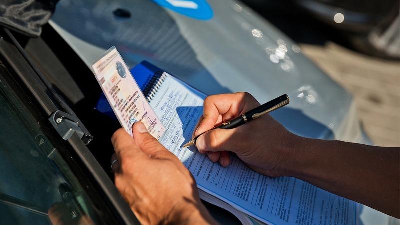 Выписывание штрафа за выезд на встречную полосу