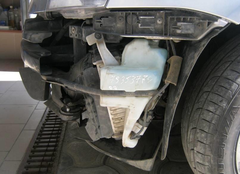 Бачок омывателя внутри переднего бампера