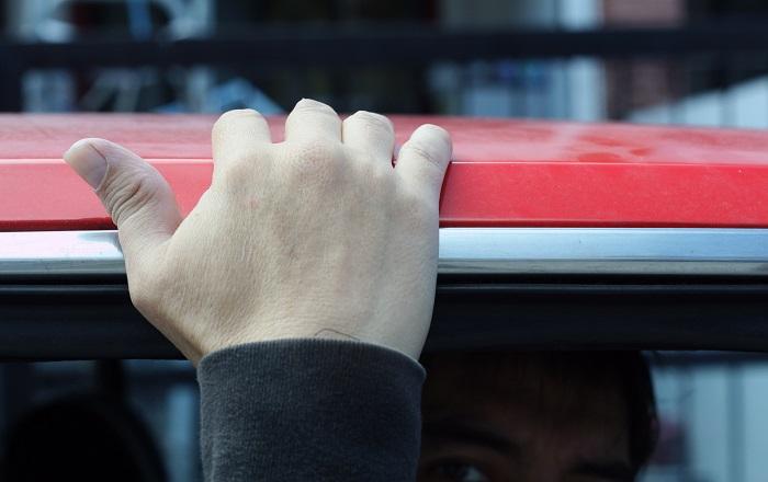 Касание машины рукой
