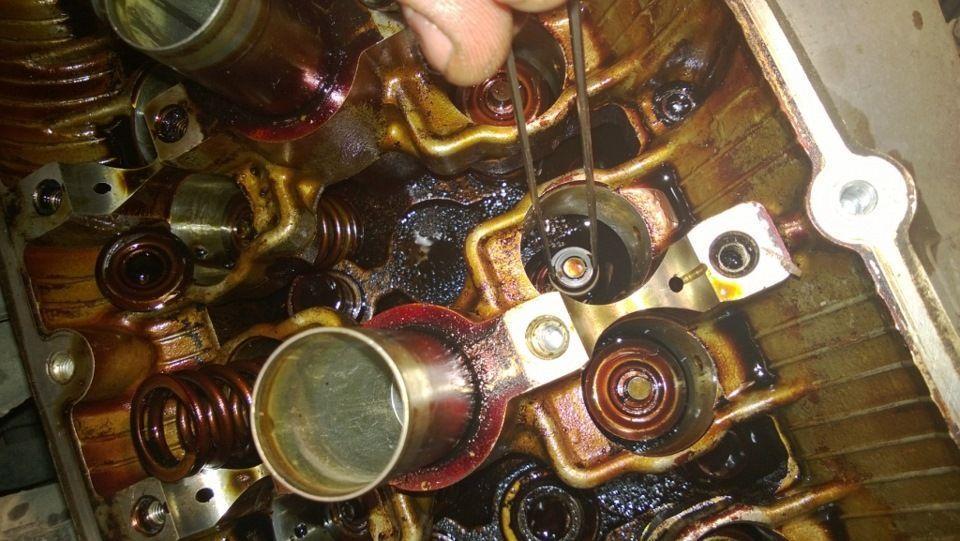 Процесс замены клапанного сальника