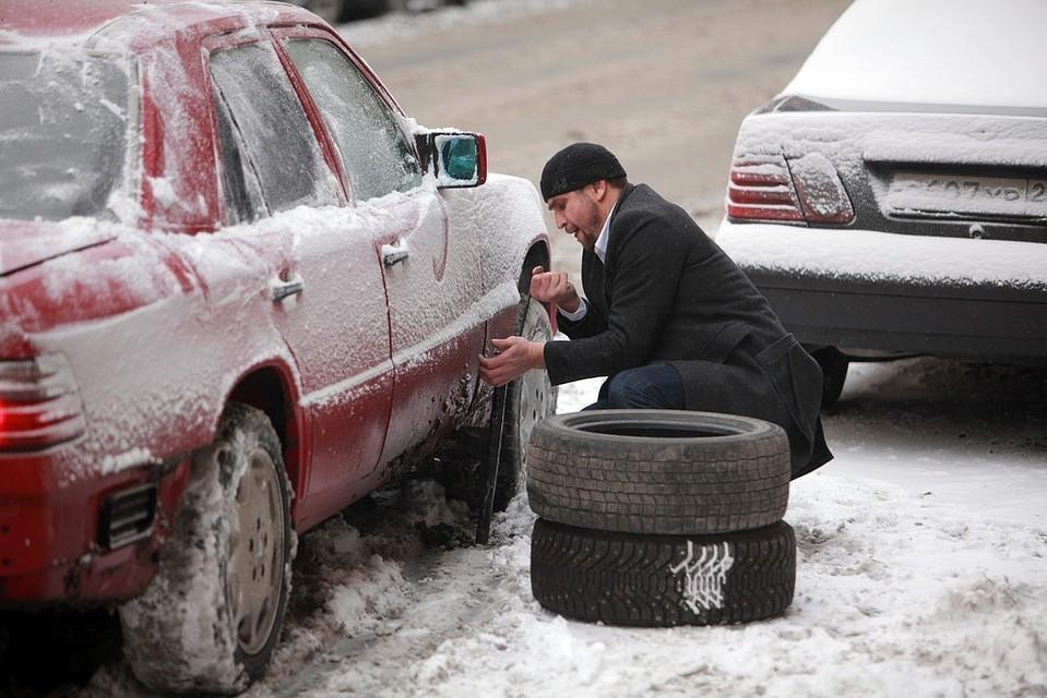 Незадачливый водитель меняет резину