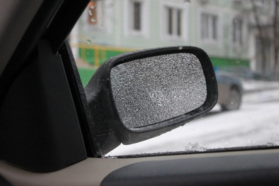 Замерзшее боковое зеркало