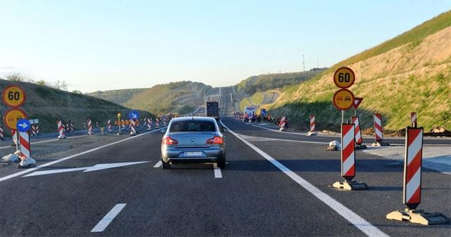 Знаки и разметка на дороге