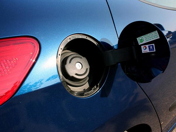Отверстие для залива бензина