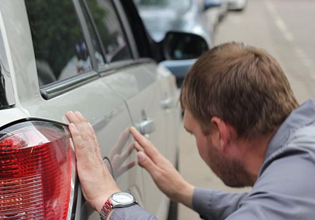 Осмотр автомобиля на предмет повреждений